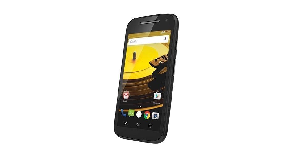 25.fev.2015 - A Motorola lançou no Brasil uma versão do smartphone Moto E com rede 4G (a versão lançada em 2014 só se conectava a redes 3G). O aparelho tem um processador quad-core de 1,2 GHz, Android Lollipop, tela de 4,5 polegadas HD, 1 GB de memória RAM, TV digital (apenas na versão de 16 GB de armazenamento), duas câmeras (sendo uma de 5 megapixels traseira e uma de qualidade VGA na parte frontal) e há versões single-chip e dual-chip. A versão com 8 GB de armazenamento e suporte a um chip de telefonia tem preço sugerido de R$ 649, enquanto a versão com 16 GB, TV digital e dois chips custa R$ 699