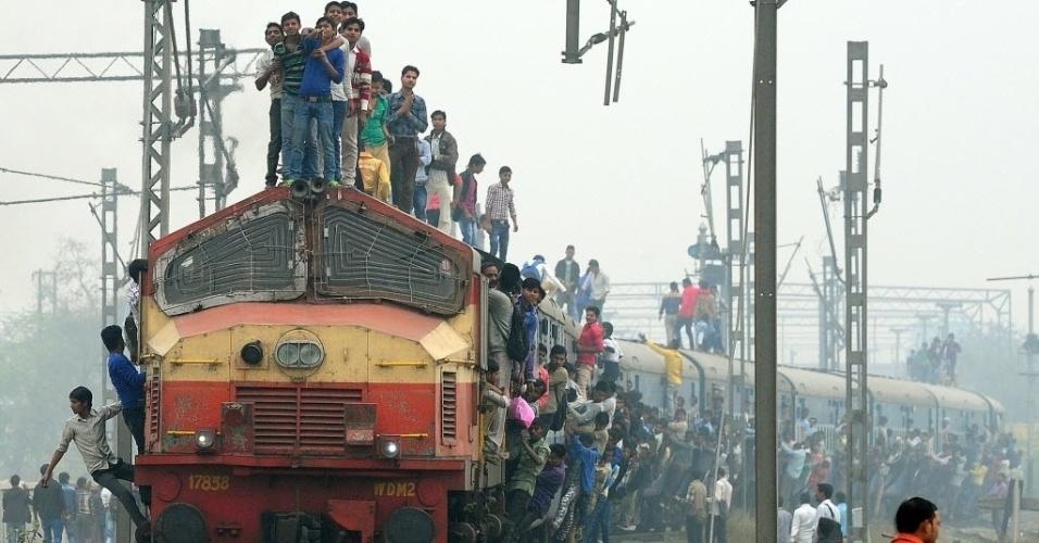 25.fev.2015 - Passageiros indianos se penduram e sobem em um trem que sai de uma estação nos arredores de Nova Déli, nesta quarta-feira (25). O ministro das Ferrovias, Suresh Prabhu, irá apresentar o orçamento dos transportes sobre trilhos ao Parlamento em 26 de fevereiro
