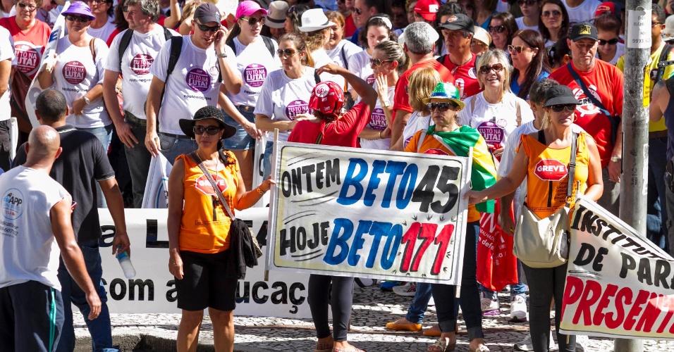 25.fev.2015 - Professores da rede estadual realizaram uma grande manifestação com marcha até o Centro Cívico, onde fica o Palácio do Governo do Paraná, em Curitiba. A data coincidiu com a terceira rodada de negociações com o governo estadual, no Palácio Iguaçu. A categoria é contra projeto, já aprovado, que autoriza o governador Beto Richa (PSDB) a usar recursos do fundo de pensão ParanaPrevidência como parte das medidas de austeridade e ajuste fiscal