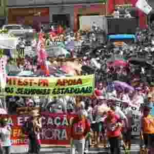 25.fev.2015 - Professores da rede estadual realizaram uma grande manifestação com marcha até o Centro Cívico, onde fica o Palácio do Governo do Paraná, em Curitiba. A data coincidiu com a terceira rodada de negociações com o governo estadual, no Palácio Iguaçu. - Franklin de Freitas/Estadão Conteúdo