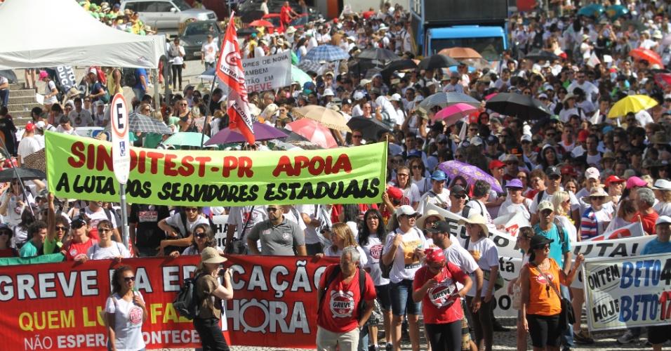 25.fev.2015 - Professores da rede estadual realizaram uma grande manifestação com marcha até o Centro Cívico, onde fica o Palácio do Governo do Paraná, em Curitiba. A data coincidiu com a terceira rodada de negociações com o governo estadual, no Palácio Iguaçu.