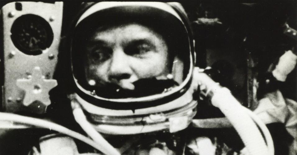 26.fev.2015 - O astronauta John Glenn é visto dentro da cápsula Friendship 7. Em 20 de fevereiro de 1962, ele se tornou o primeiro astronauta americano a completar a órbita da Terra na terceira missão Mercury. A foto está entre as 700 imagens que integram uma coleção de fotos raras e históricas da primeira era da conquista espacial, que vão a leilão em Londres. As mais de 700 fotografias devem alcançar um valor entre US$ 750 mil e US$ 1 milhão