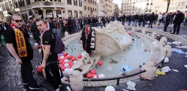Torcedores depedram obra do escultor Pietro Bernini na fonte Barcaccia, em Roterdã -