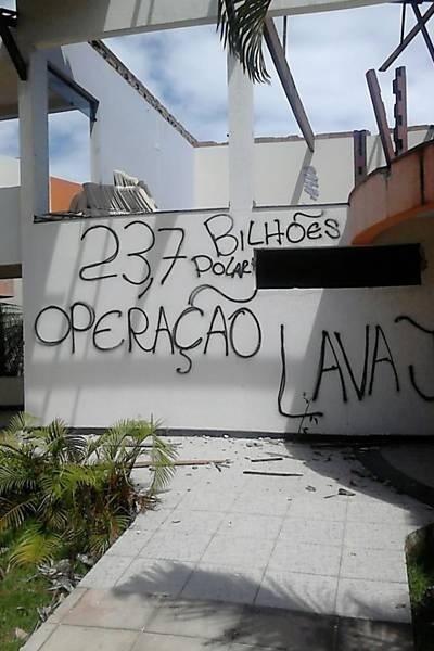 26.fev.2015 - Hotel Príncipe da Enseada, do doleiro Alberto Youssef, é saqueado e pichado em Porto Seguro, na Bahia
