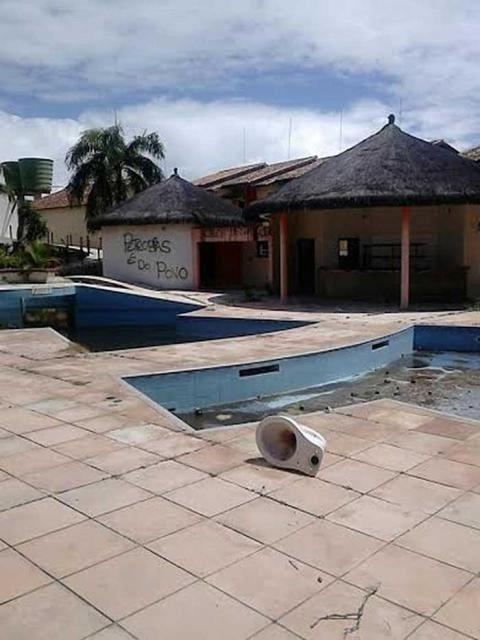26.fev.2015 - Hotel que pertencia ao doleiro Alberto Youssef é saqueado e pichado em Coroa Vermelha, na Bahia