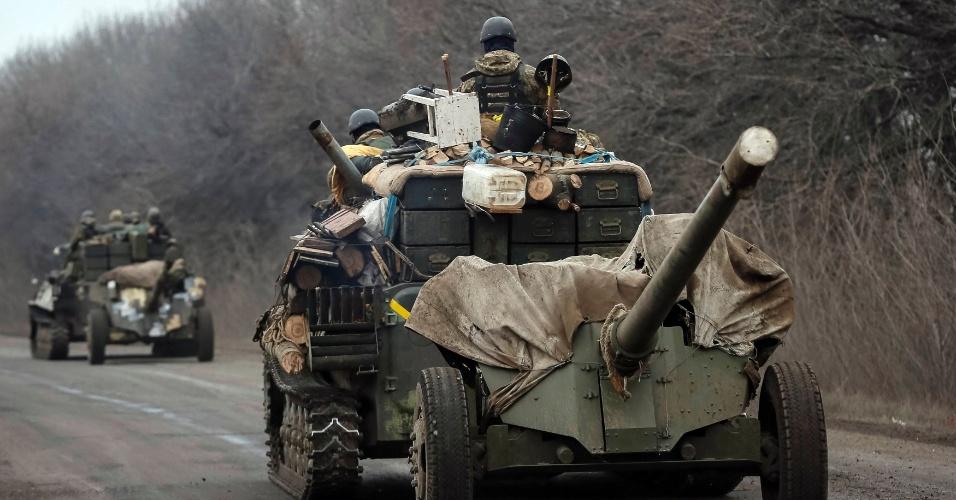 26.fev.2015 - Membros das forças armadas ucranianas deixam região Debaltseve, perto Artemivsk nesta quinta-feira (26). Este é o segundo dia que o exército ucraniano não relata baixa em combates, um sinal de que o acordo de cessar-fogo está sendo cumprido, após um dos piores confrontos na semana passada