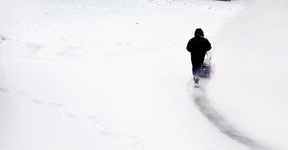 26.fev.2015 - Walter Soria limpa neve do Millennium Park, em Chicago, Illinois (EUA), nesta quinta-feira (26)