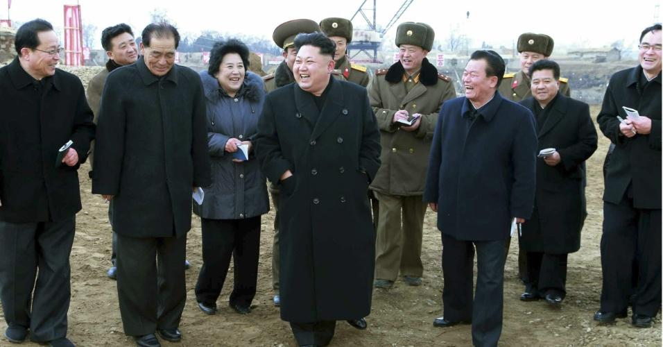 """27.fev.2015 - Em fotografia sem data confirmada e divulgada pelo jornal """"Rodong Sinmun"""", do Partido dos Trabalhadores da Coreia do Norte, Kim Jong-un visita as instalações de um novo complexo em construção para ciência e tecnologia na capital Pyongyang"""