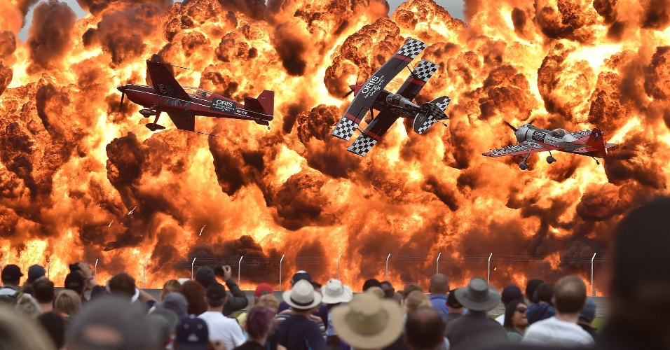 27.fev.2015 - Em meio a explosões, pilotos fazem acrobacias durante o primeiro dia aberto ao público do Australian International Airshow, nos arredores de Melbourne. Cerca de 180 mil pessoas devem visitar o local durante os três dias de evento