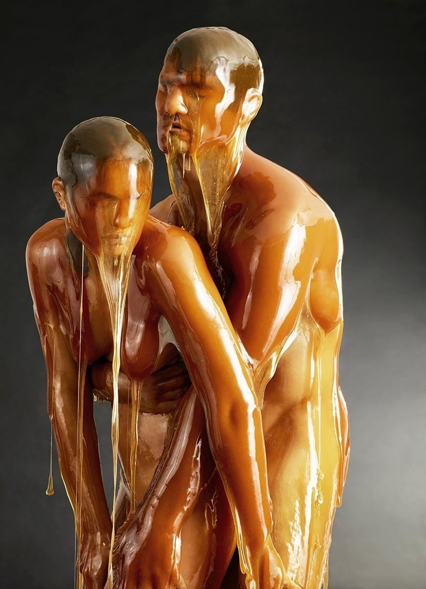 27.fev.2015 - O fotógrafo Blake Little criou uma série de imagens visualmente interessantes colocando pessoas nuas embebidas em quantidades absurdas de mel