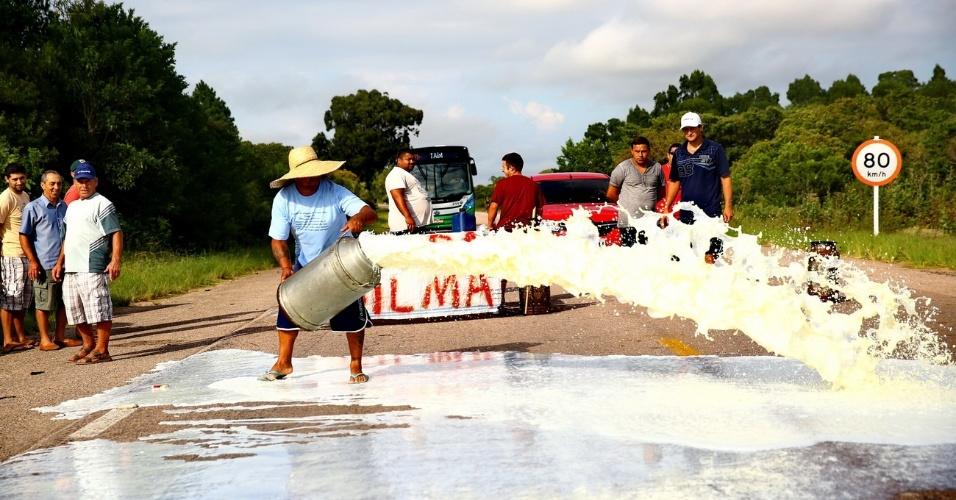 27.fev.2015 - Produtores de leite e caminhoneiros bloqueiam a rodovia BR-471, entre as cidades de  Rio Grande e Santa Vitória do Palmar, no sul do Rio Grande do Sul