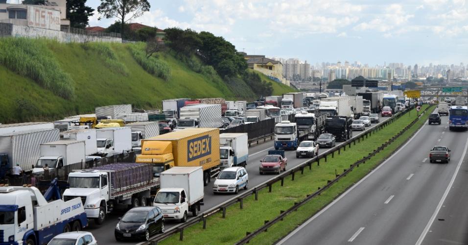 27.fev.2015 - Um grupo de caminhoneiros bloqueou totalmente a pista no sentido Rio de Janeiro da rodovia Presidente Dutra, por volta das 15h30 desta sexta-feira (27). A interdição ocorreu no km 228, na cidade de Guarulhos, na Grande São Paulo