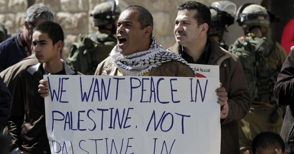 27.fev.2015 - Um manifestante palestino segura um cartaz com a frase
