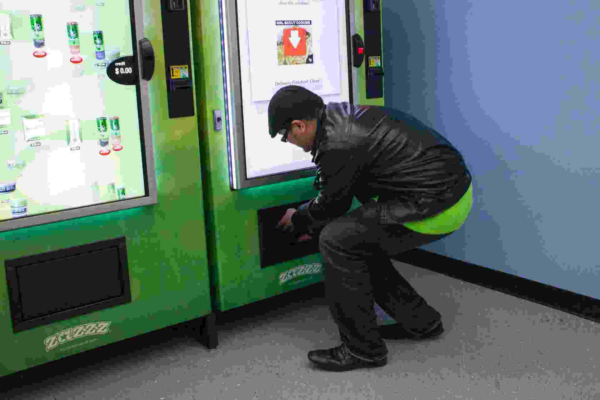 27.fev.2015 - Produtos à base de maconha começaram a ser comercializados em máquinas automáticas no início de fevereiro em Seattle, nos Estados Unidos. A ideia do criador, Stephen Shearin, é expandir para outras cidades e Estados onde o consumo maconha medicinal é legalizado - David Ryder/Reuters