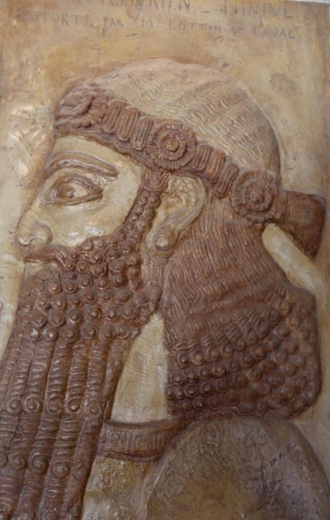 28.fev.2015 - Artefato do século 2 a.C., vindo da área de Mosul, é exibido durante a reabertura oficial do Museu Nacional do Iraque, na capital Bagdá. O museu foi reaberto depois de 12 anos. Um terço das 15 mil peças roubadas foi recuperado