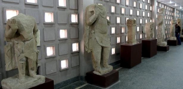 28.fev.2015 - Artefatos do século 2 a.C., vindos da área de Mosul, são exibidos durante a reabertura oficial do Museu Nacional do Iraque, na capital Bagdá. - Sabah Arar/AFP