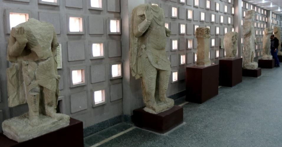 28.fev.2015 - Artefatos do século 2 a.C., vindos da área de Mosul, são exibidos durante a reabertura oficial do Museu Nacional do Iraque, na capital Bagdá. O museu foi reaberto depois de 12 anos. Um terço das 15 mil peças roubadas foi recuperado