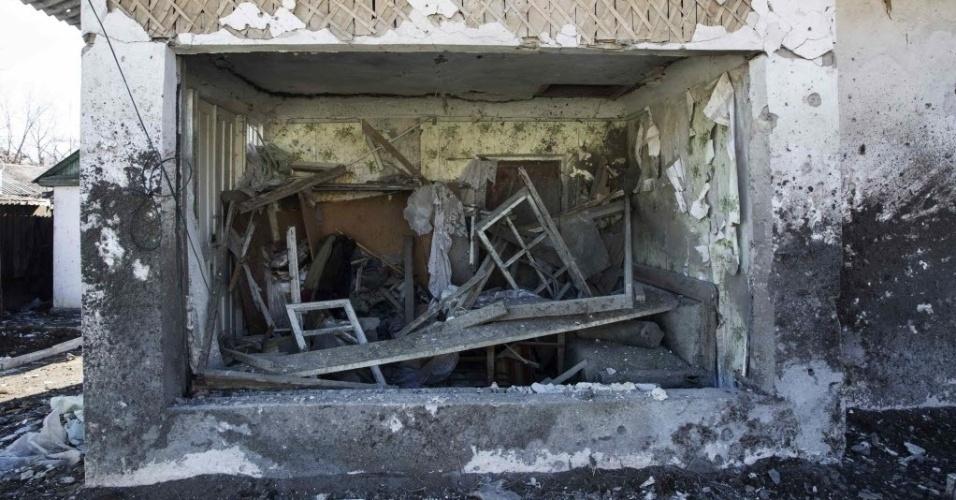 28.fev.2015 - Destroços ficam entulhados dentro de casa atingida por conflito entre o Exército nacional e rebeldes pró-Rússia, em Vuhlehirsk, leste da Ucrânia