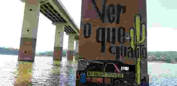 Grafite em pilastra na represa Atibainha reproduz carro que virou símbolo da seca - Evelson de Freitas/Agência Estado