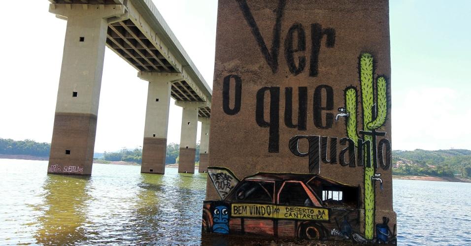 28.fev.2015 - Grafite em pilastra na represa do Atibainha, em Nazaré Paulista, reproduz carro, retirado do local, que servia de referência para as subidas e quedas no nível do reservatório. Neste sábado, o nível do Sistema Cantareira subiu e chegou a 11,4%