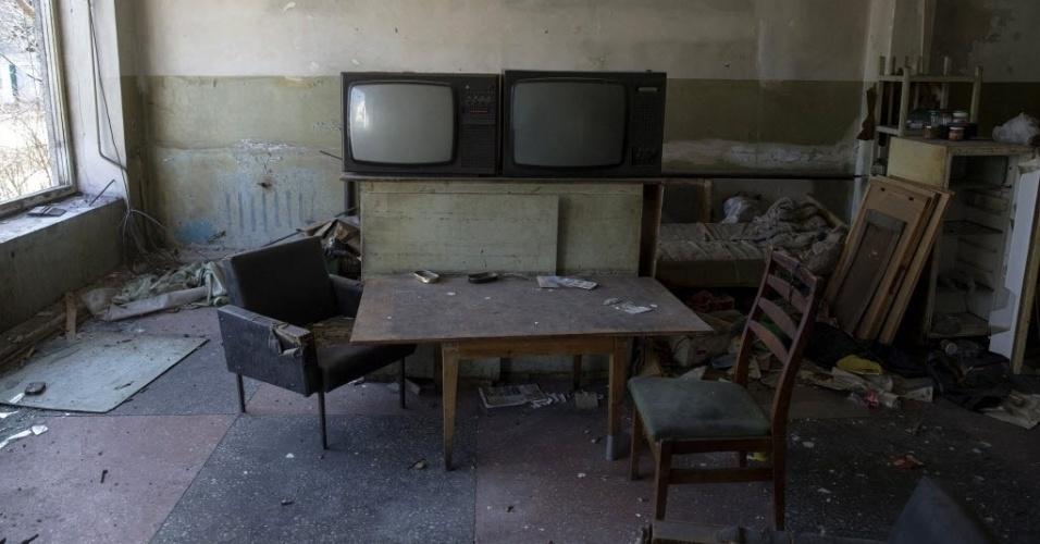 28.fev.2015 - Interior de uma loja em Debaltseve, leste da Ucrânia, foi atingido por artilharia durante confronto entre o Exército nacional e separatistas pró-Rússia