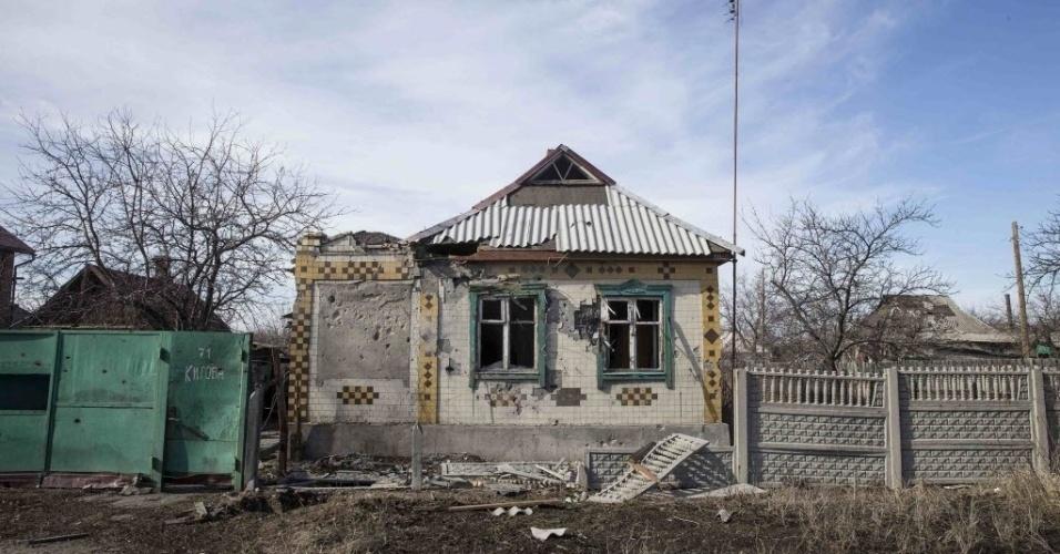 28.fev.2015 - Moradores abandonaram casa em Debaltseve, Ucrânia, atingida durante conflito entre o Exército ucraniano e rebeldes separatistas pró-Rússia