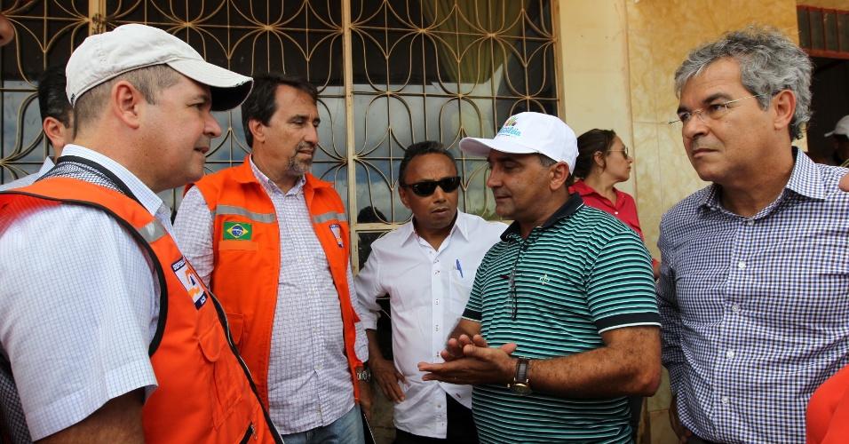 28.fev.2015 - O ministro da Integração Nacional, Gilberto Occhi (2º à esq.), percorreu nessa sexta-feira (28), várias áreas afetadas pela cheia do rio Acre, próximo à fronteira entre o Brasil e a Bolívia. As imagens foram divulgadas neste sábado. Na ocasião, o governo assegurou ajuda federal para a recuperação das cidades