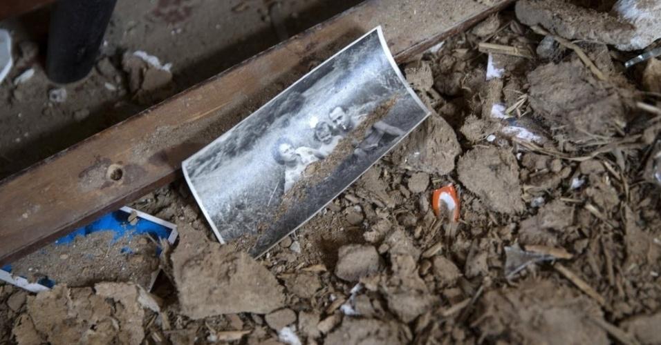 28.fev.2015 - Uma fotografia de família é encontrada entre destroços no chão de uma casa em Debaltseve, na Ucrânia. Estratégico nó ferroviário no leste do país, a cidade foi tomada por separatistas pró-Rússia, após confronto com o Exército nacional