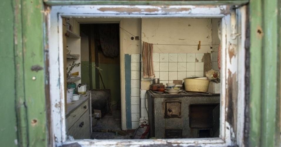 28.fev.2015 - Utensílios de cozinha permanecem intactos na cozinha de uma casa atingida pela luta entre o Exército ucraniano e separatistas pró-Rússia, em Vuhlehirsk, leste da Ucrânia