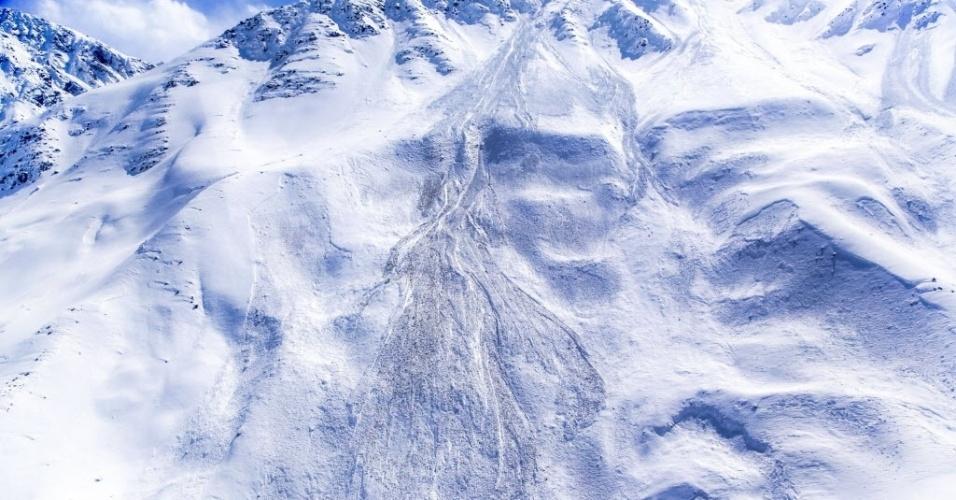 28.fev.2015 - Vista aérea do local afetado por uma avalanche, no distrito de Paryan, na província de Panjshir, no Afeganistão. De acordo com as autoridades locais, as equipes de resgate reiniciaram as operações de busca de vítimas. Quase 200 pessoas morreram no desastre natural