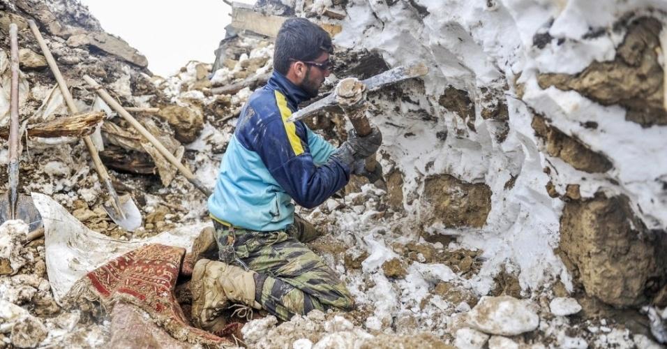 1º.mar.2015 - Aldeão tenta salvar seus pertences após uma avalanche no distrito de Abdullah Khel, na província de Panjshir, no Afeganistão