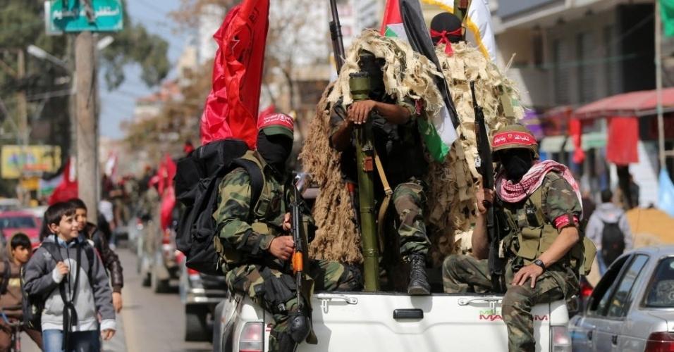 1º.mar.2015 - Militantes da Frente Democrática para a Libertação da Palestina (FDLP) participam de uma carreata que marca o 46º aniversário da fundação do grupo, na Cidade de Gaza