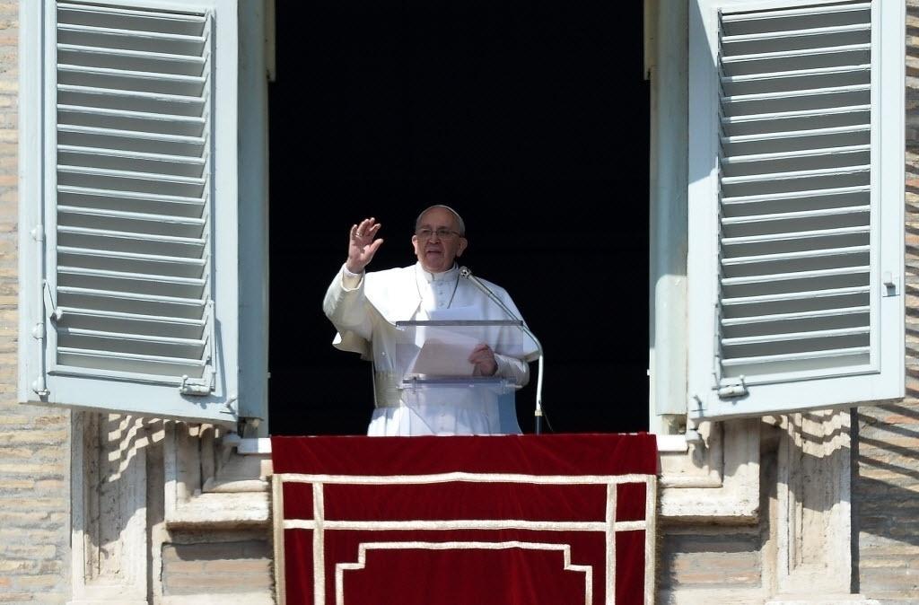 1º.mar.2015 - Papa Francisco realiza a oração do Angelus, na janela do Palácio Apostólico, com vista para a Praça de São Pedro, no Vaticano