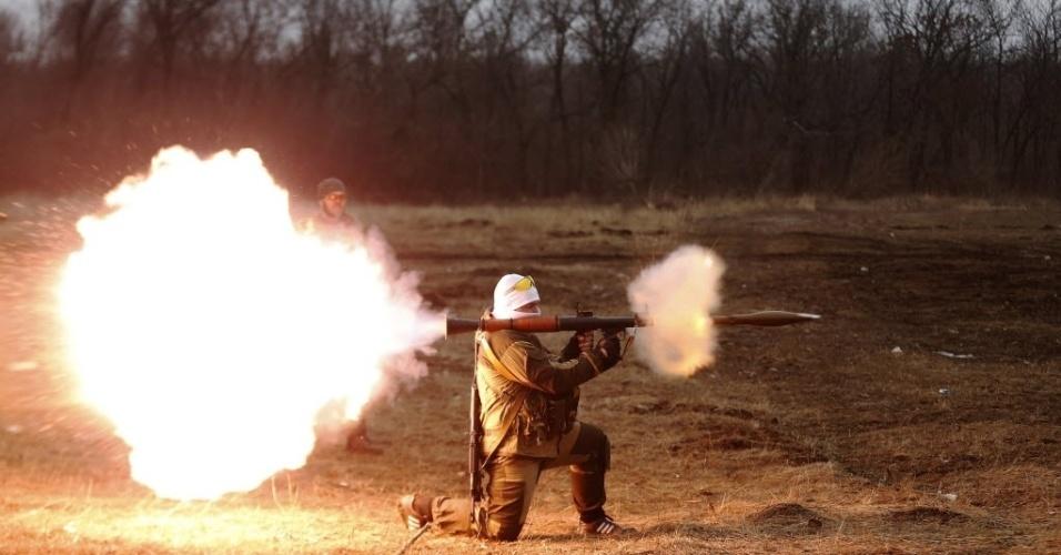 1º.mar.2015 - Separatista pró-Rússia da autoproclamada Guarda Republicana de Donetsk dispara um foguete durante treinamento de tiro no leste da Ucrânia