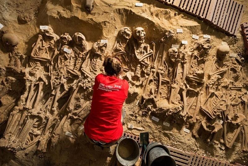 28.fev.2015 - Mais de 200 esqueletos foram encontrados sob um supermercado na área central de Paris, segundo relatos da mídia francesa. Os esqueletos são restos mortais de pessoas que foram enterradas há muitos séculos em valas comuns, no antigo cemitério adjacente a um hospital do século 12, que foi destruído no final do século 18