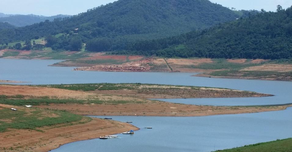 2.mar.2015 - Vista da Represa Jaguari-Jacareí, em Bragança Paulista (SP). A represa faz parte do sistema Cantareira