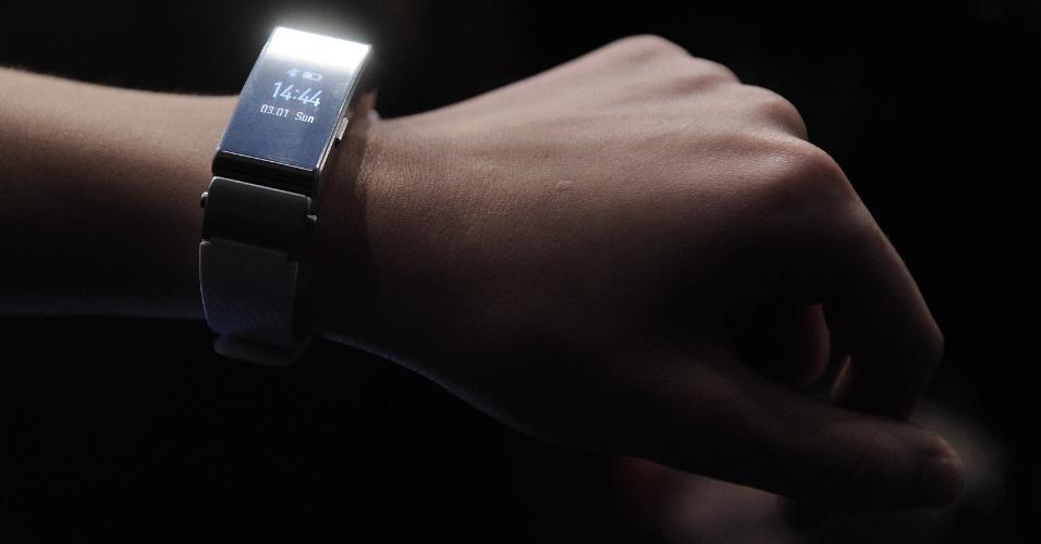 1º.mar.2015 - A empresa chinesa Huawei aproveitou o Mobile Worlod Congress 2015 --um dos principais eventos de tecnologia de celular--, realizado em Barcelona (Espanha), para lançar a pulseira inteligente TalkingBand B2. Com um design mais clássico, o gadget possibilita que o usuário rastreie as suas atividades físicas, observando o tempo de exercício, as calorias queimadas, a distância percorrida, entre outros dados. O acessório deve ser conectado com um smartphone via Bluetooth e pode ser ustulizado também como um fone de ouvido, permitindo atender ligações sem que seja necessário tirar o dispositivo do bolso