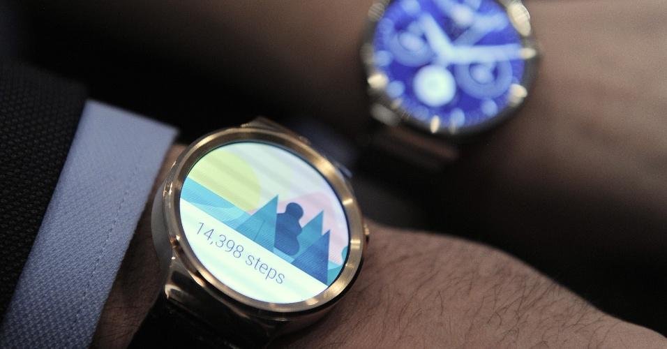 1º.mar.2015 - A empresa chinesa Huawei lançou o relógio inteligente Huawei Watch durante o primeiro dia do Mobile Worlod Congress 2015 --um dos principais eventos de tecnologia de celular--, realizado em Barcelona (Espanha). Com tela touch circular de 1,4 polegadas, o gadget possui 4GB de armazenamento interno, 512MB de RAM e um processador Qualcomm de 1.2GHz. O relógio será colocado a venda em meados de 2015, nas cores preta, prata e dourada. O preço do produto não foi divulgado