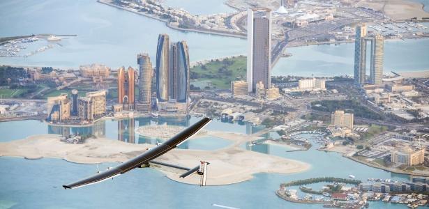 Imagem divulgada pelo projeto Solar Impulse registra o voo do avião movido a baterias solares Solar Impulse 2 sobrevoando Abu Dhabi - Solar Impulse/HO/AFP