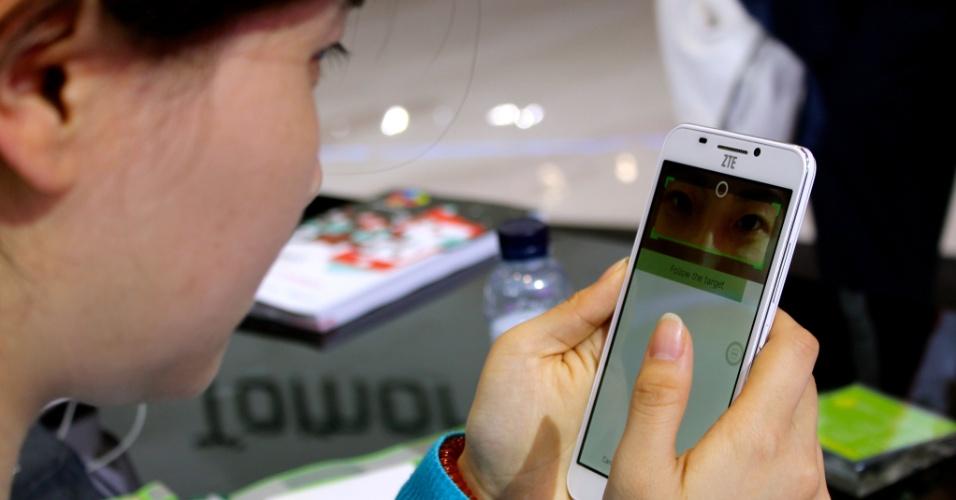 2.mar.2015 - Promotora da fabricante chinesa ZTE testa o recurso EyePrint ID, que desbloqueia um smartphone após reconhecer os olhos do dono do aparelho, durante o Mobile World Congress 2015 --um dos principais eventos de tecnologia de telefonia móvel do mundo--, realizado em Barcelona (Espanha)