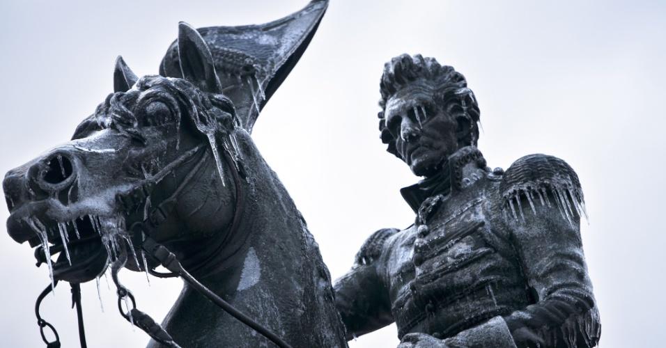 2.mar.2015 - Inverno rigoroso faz com que estátua de Andrew Jackson fique coberta de gelo, na praça Lafayette, em Washington (EUA)
