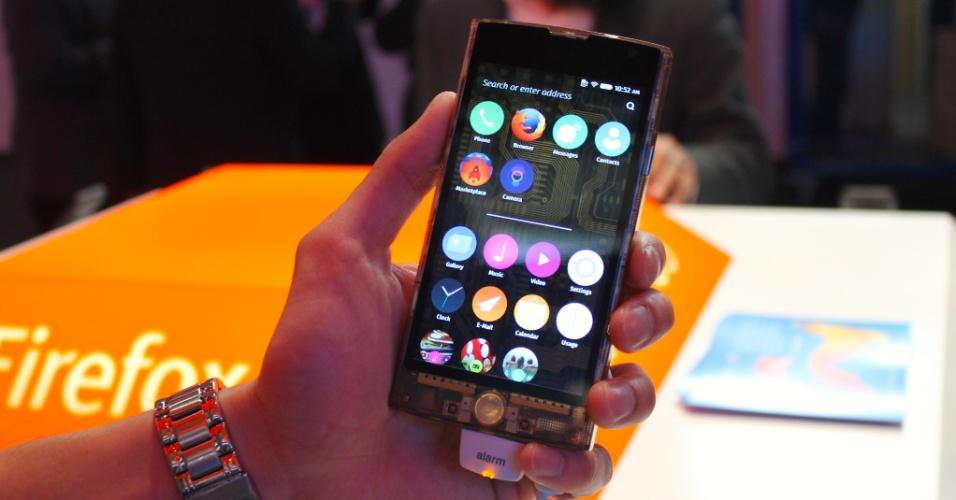 3.mar.2015 - Apresentado em janeiro no Japão, o smartphone FX-0, feito pela LG sob encomenda de uma operadora asiática, fez sua estreia no Ocidente durante o Mobile World Congress, em Barcelona. Ele vem com processador quad-core de 1,2 GHz, duas câmeras (sendo a traseira de 8 megapixels e a frontal de 2,1 megapixels), conexão 4G e 16 GB para armazenamento (expansível com cartão de memória microSD). Ele custa cerca de US$ 500 (cerca de R$ 1.400) e não tem previsão para ser lançado em outros mercados