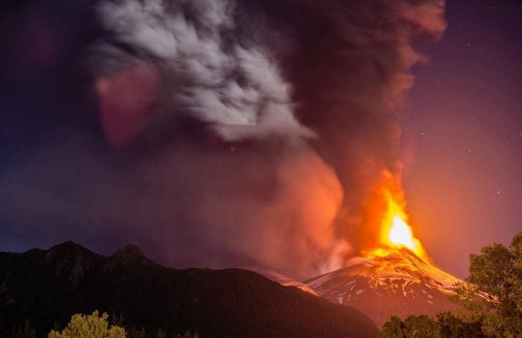 3.mar.2015 - Coluna de fumaça sobe no céu de Araucanía, no Chile, em erupção do vulcão  Villarrica. O derramamento de lava foi acompanhada de pequenas explosões