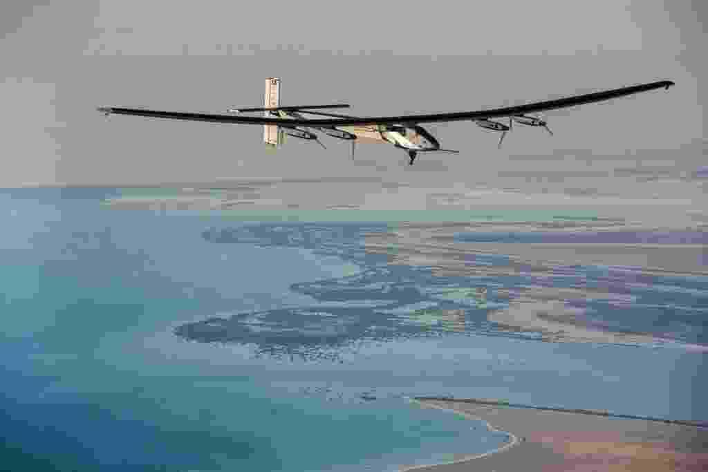 3.mar.2015 - O avião Solar Impulse 2 realiza voo teste em Abu Dhabi, nos Emirados Árabes Unidos. A aeronave utiliza apenas a energia solar, captada por painéis instalados sobre suas asas. O Solar Impulse 2 foi criado após o sucesso do primeiro protótipo de avião impulsionado pelo sol. A primeira versão realizou diversos voos, incluindo um de 26 horas initerruptas, em 2010. O novo Solar Impulse é maior, mais pesado e mais potente que seu antecessor, mas também mais delicado. Os pilotos Bertrand Piccard e André Borschberg, criadores do avião, se revezarão na cabine de comando durante viagem em que darão a volta ao mundo - Solar Impulse/Efe
