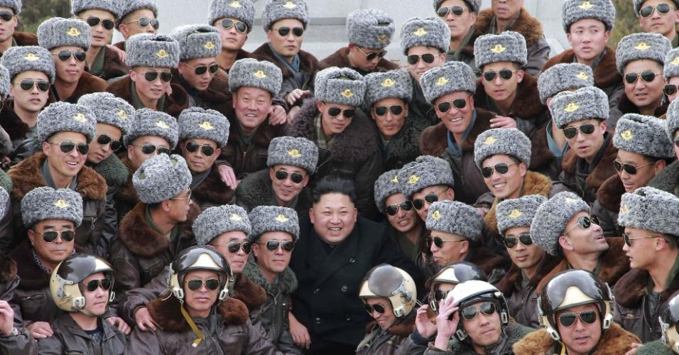 3.mar.2015 - O líder da Coreia do Norte Kim Jong-un (centro) sorri ao posar para um grande 'selfie' com um grupo de pilotos de combate durante sua visita a uma unidade das Forças Aéreas em Pyongyang