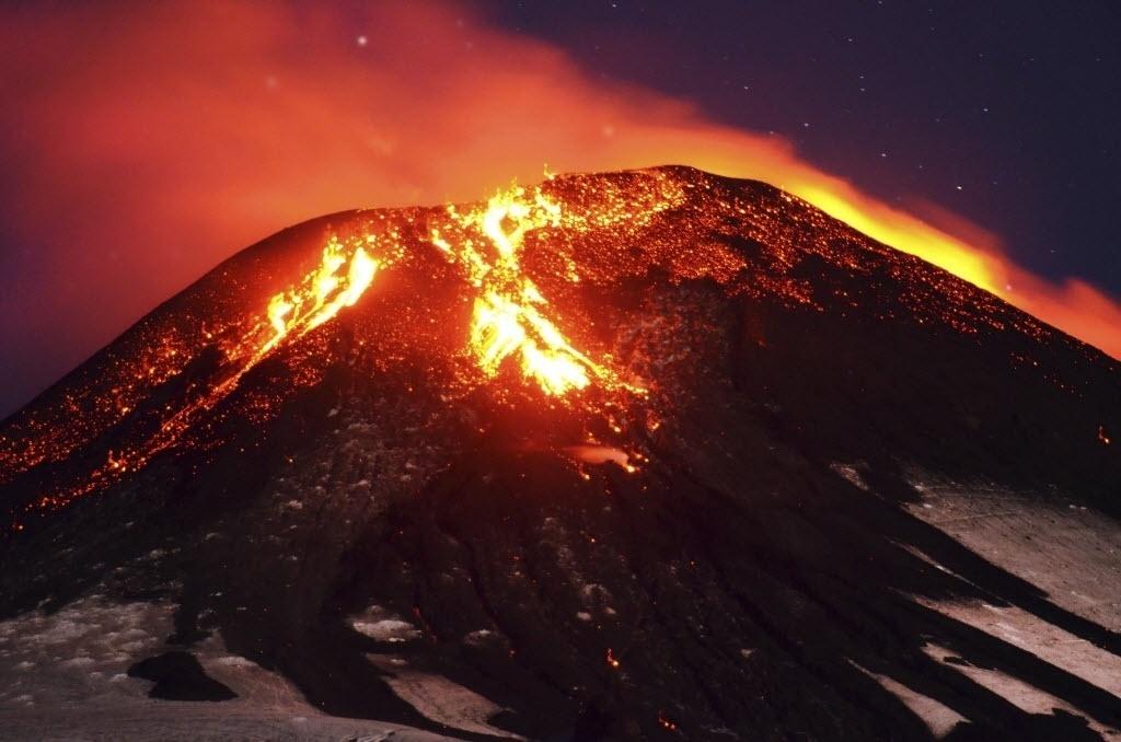 3.mar.2015 - O vulcão Villarrica entrou em erupção a 750 km ao sul de Santiago, no Chile. Cerca de 3.000 pessoas foram retiradas do local por causa do risco de inundações causadas pelo derretimento da neve no topo do vulcão