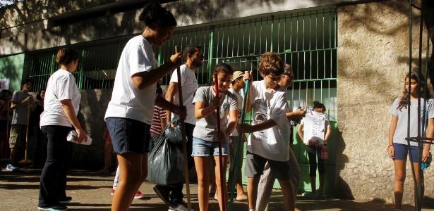 """Pais e alunos fazem um """"Vassouraço"""" no Colégio de Aplicação (CAP) da Universidade Federal do Rio de Janeiro (UFRJ), na Lagoa, no Rio - Gabriel de Paiva/Agência O Globo"""