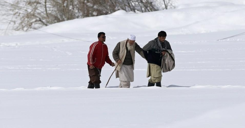 3.mar.2015 - Vítimas de avalanches recebem socorro na vila Araab, na província de Panjshir Parya, Afeganistão. O governo afegão entregou ajuda as vítimas de uma avalanche que deixou 200 mortos na última semana de fevereiro