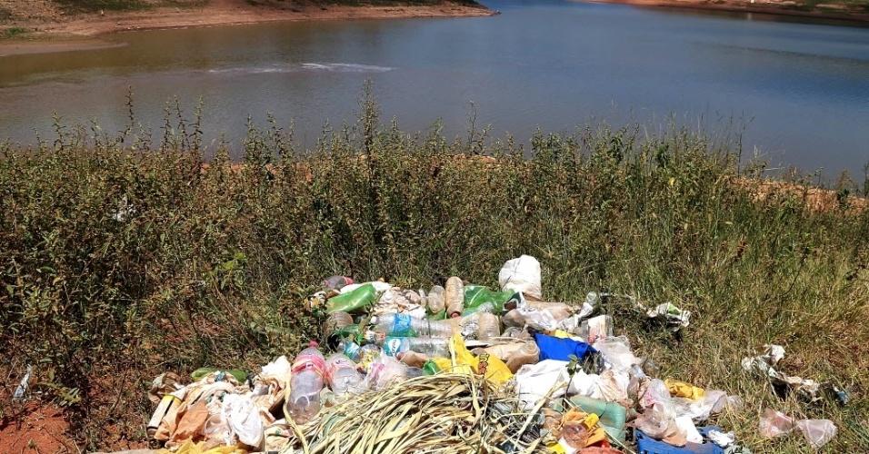 7.fev.2014 - Lixo surge à medida que diminui o nível de reservatório em Bragança Paulista (a 85 km de São Paulo), que faz parte do sistema Cantareira