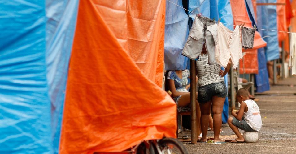 3.mar.2015 - Desabrigados pela enchente do rio Acre conversam em um abrigo improvisado no Parque de Exposições, em Rio Branco